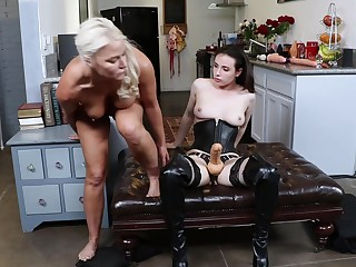 London Well up uses a strapon and big dildo about fuck her girlfriend