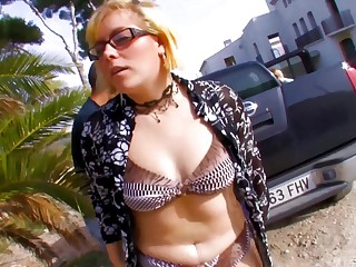 Lovelyblonde Dickxy enjoys outdoor be wild about with a immigrant at one's fingertips the beach