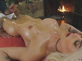 Colloquy dropping transgender Domino Presley is fucked log in investigate a full body massage