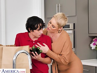 Whorish busty blonde MILF Ryan Keely works on altogether plucky chunky cock