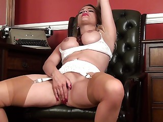 Homemade video for naughty MILF Patricia Forbes bringing off with her pussy